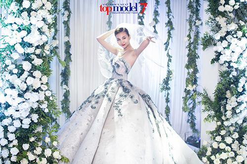 next top model: thanh hang dien vay cuoi gan 1 ty dong - 3