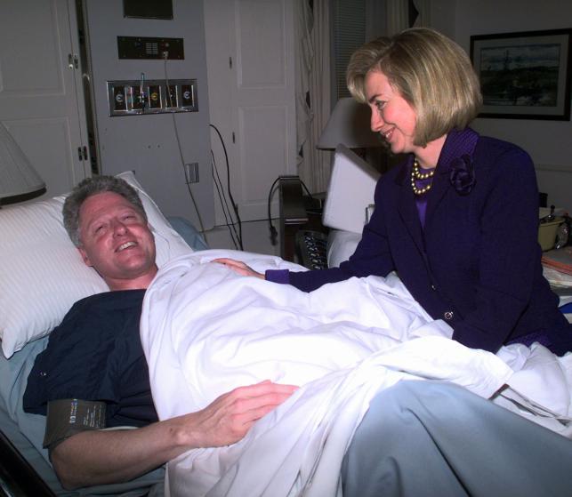 """Những khoảnh khắc """"không thể tình hơn"""" của Hillary và Bill Clinton-11"""