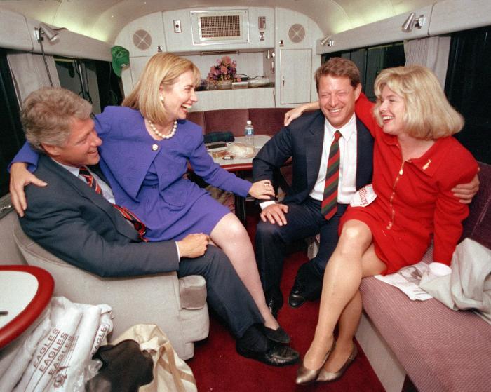 """Những khoảnh khắc """"không thể tình hơn"""" của Hillary và Bill Clinton-6"""