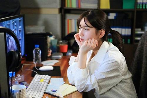 """yeu khong kiem soat tap 15: suzy """"chet sung"""" nhin kim woo bin hon gai giau - 5"""
