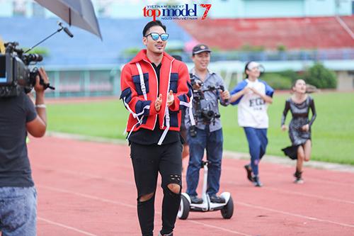 vn next top model: ly qui khanh deo kinh chong nang gan 40 trieu - 7