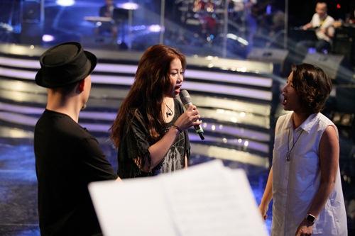 Diva Mỹ Linh xinh đẹp đi dạy hát cho thí sinh Vietnam Idol-12