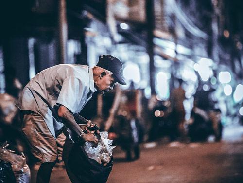 Cụ ông hơn 70 tuổi còng lưng bán vé số, nhặt ve chai lay động dân mạng-4