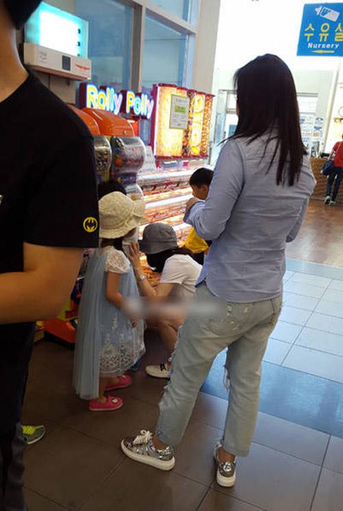 Lộ ảnh hiếm hoi vợ chồng Lee Young Ae đưa các con đi chơi-1