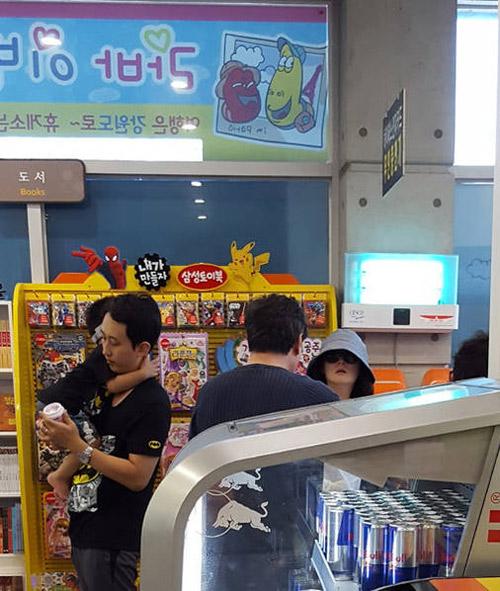 Lộ ảnh hiếm hoi vợ chồng Lee Young Ae đưa các con đi chơi-2