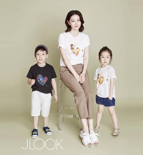 Lộ ảnh hiếm hoi vợ chồng Lee Young Ae đưa các con đi chơi-3