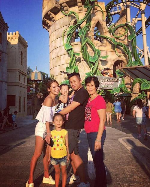 Vợ tỷ phú sòng bài Alvin Chau cùng con riêng của chồng đi du lịch Singapore-1