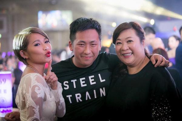 Vợ tỷ phú sòng bài Alvin Chau cùng con riêng của chồng đi du lịch Singapore-4