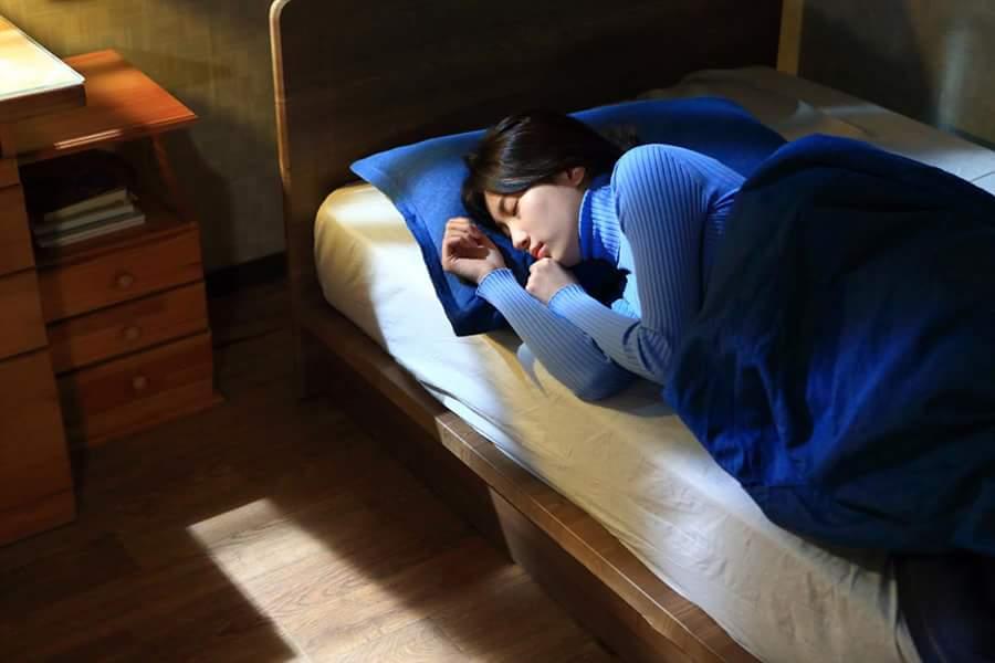 """""""Yêu không kiểm soát"""" tập 17: Suzy vô tư ôm bạn trai ngủ suốt đêm-2"""