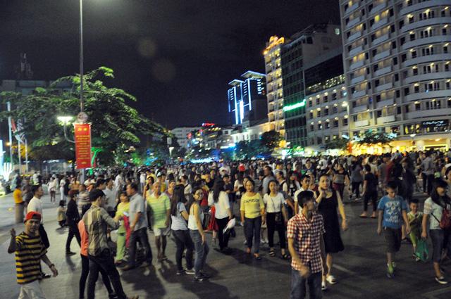 Người dân ùn ùn về trung tâm Sài Gòn xem bắn pháo hoa-1