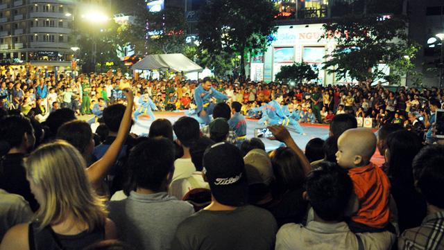 Người dân ùn ùn về trung tâm Sài Gòn xem bắn pháo hoa-2