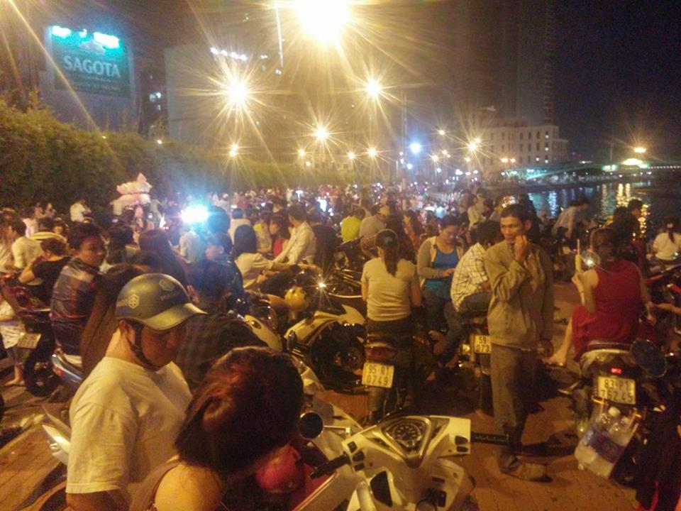 Người dân ùn ùn về trung tâm Sài Gòn xem bắn pháo hoa-3