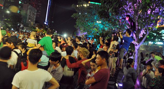 Người dân ùn ùn về trung tâm Sài Gòn xem bắn pháo hoa-4