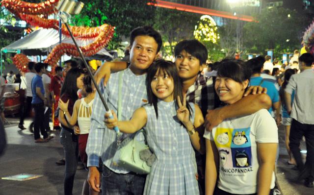 Người dân ùn ùn về trung tâm Sài Gòn xem bắn pháo hoa-5