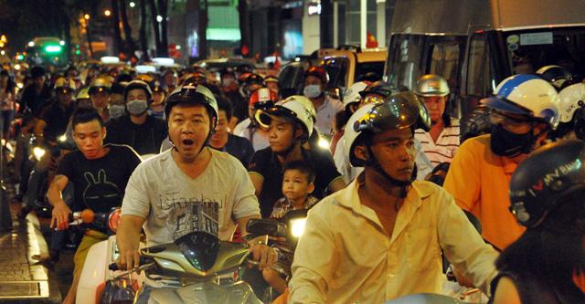 Người dân ùn ùn về trung tâm Sài Gòn xem bắn pháo hoa-6
