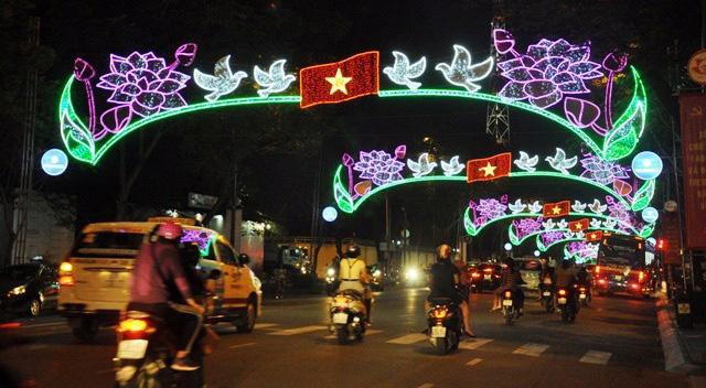 Người dân ùn ùn về trung tâm Sài Gòn xem bắn pháo hoa-7