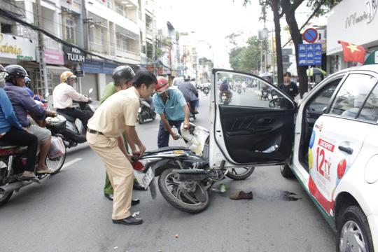 Tông vào cửa taxi, cô gái trẻ bị đứt gân chân-1