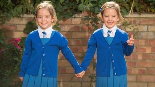 Chị em song sinh dính liền nổi tiếng ở Anh đón ngày khai giảng đầu tiên-3
