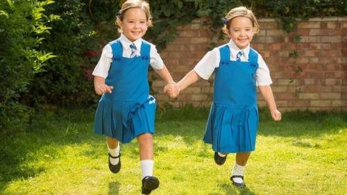 Chị em song sinh dính liền nổi tiếng ở Anh đón ngày khai giảng đầu tiên-4