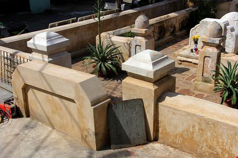 Mộ cổ khang trang của vị tiền hiền sáng lập chợ Thủ Đức-2