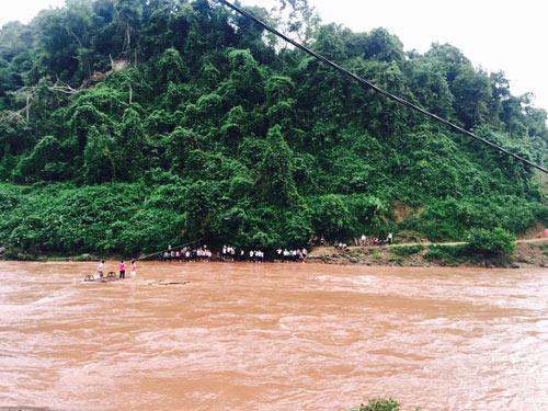 Học sinh kéo dây, băng sông đến trường ngày khai giảng-1