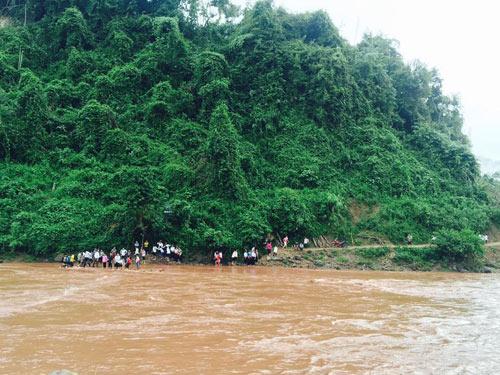 Học sinh kéo dây, băng sông đến trường ngày khai giảng-2