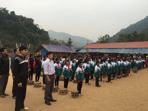 Học sinh kéo dây, băng sông đến trường ngày khai giảng-3
