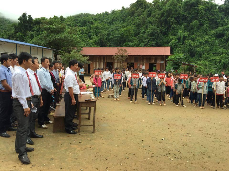 Học sinh kéo dây, băng sông đến trường ngày khai giảng-5
