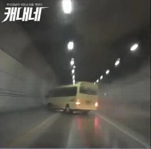 xe buyt cho 21 hoc sinh bi lat va cach phan ung cua nguoi han quoc - 1