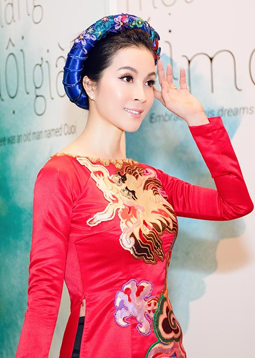 mc thanh mai mac ao dai, ngoi xe sang den du tiec don tong thong phap - 4