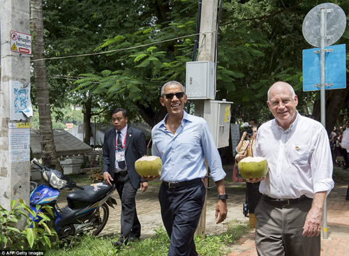 tong thong obama dao pho, uong nuoc dua o lao - 12