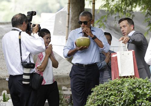 tong thong obama dao pho, uong nuoc dua o lao - 13