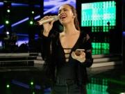 Làng sao - Ái Phương khoe ngực phẳng trên sân khấu tổng duyệt Vietnam Idol