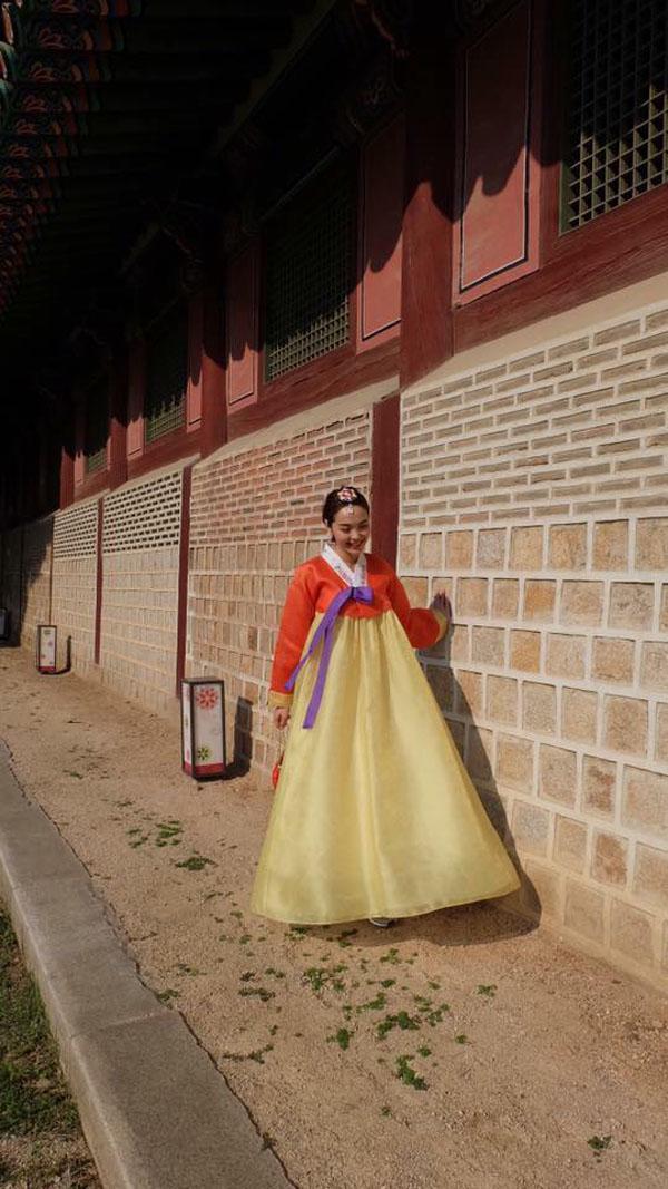 minh hang gay tranh cai khi dien hanbok voi giay the thao - 5