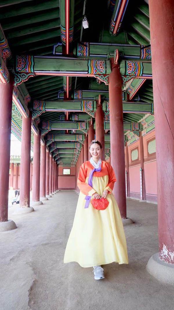 minh hang gay tranh cai khi dien hanbok voi giay the thao - 3