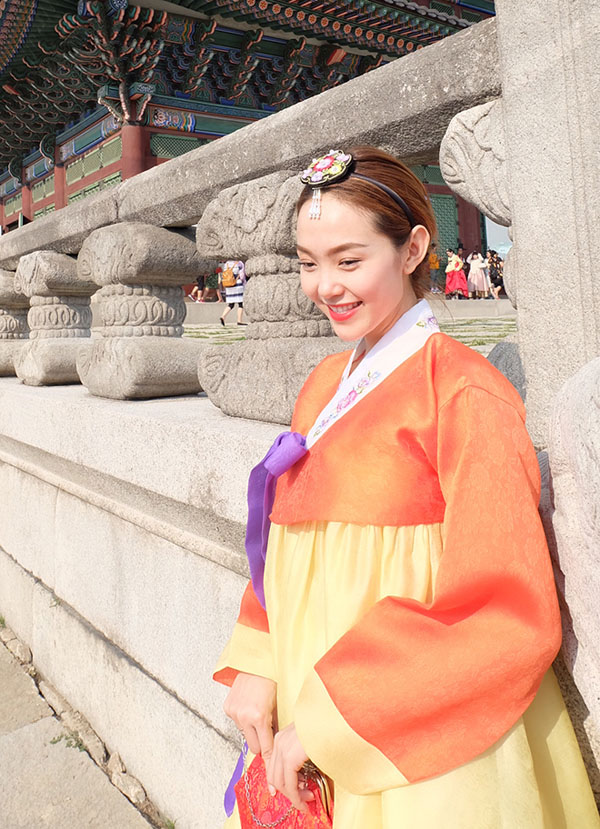 minh hang gay tranh cai khi dien hanbok voi giay the thao - 6