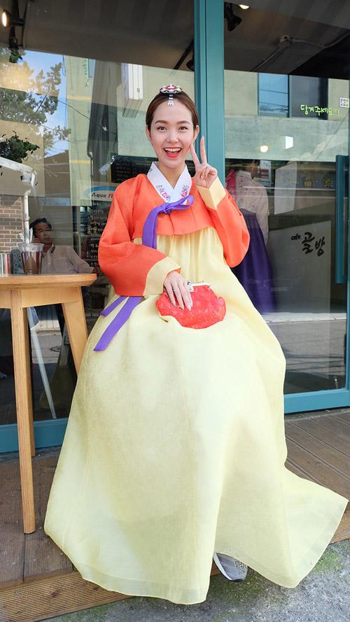 minh hang gay tranh cai khi dien hanbok voi giay the thao - 10