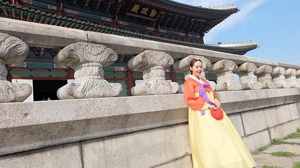 minh hang gay tranh cai khi dien hanbok voi giay the thao - 2