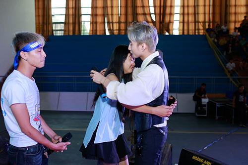 """son tung m-tp """"hoi han"""" khi moi co gai nay len san khau cung minh! - 6"""