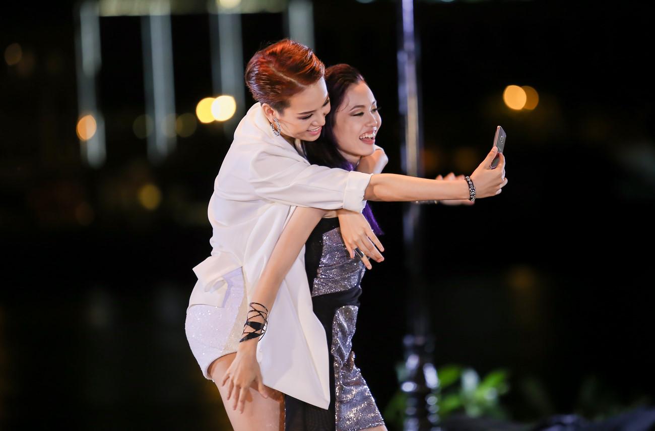 "tv show tuan qua: bang kieu thay thi sinh ""mat dan"", tran thanh bi ""nem da"" tai vtv awards - 5"