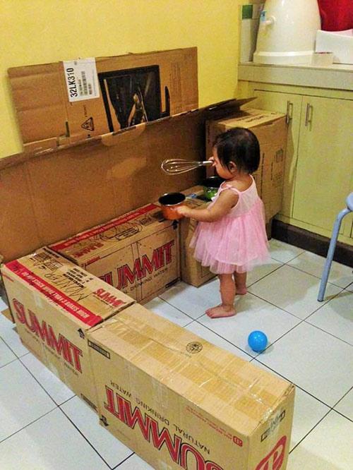 """Bà mẹ """"xây"""" cho con căn bếp mọi bé gái ao ước chỉ với bìa các-tông - 1"""