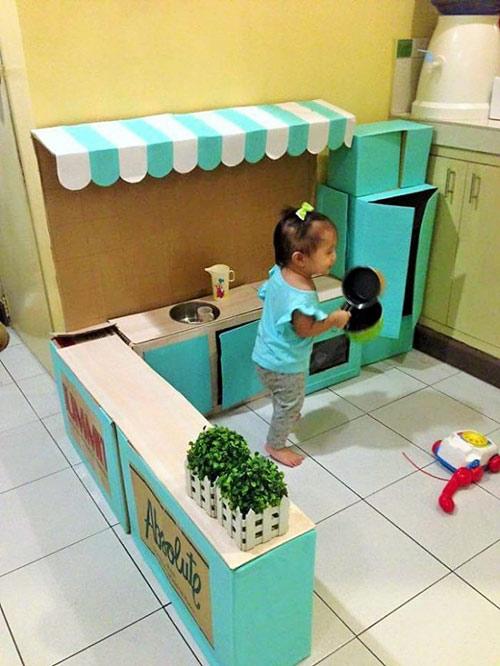 """Bà mẹ """"xây"""" cho con căn bếp mọi bé gái ao ước chỉ với bìa các-tông - 2"""