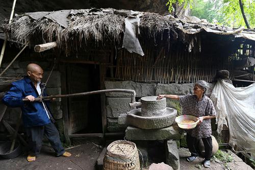 can nha hanh phuc trong hang da suot 54 nam cua cap vo chong gia - 3