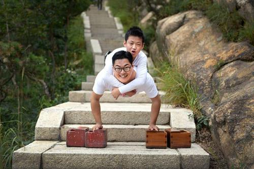 Cậu bé 11 tuổi không chân cùng thầy leo núi cao 1132m truyền cảm hứng dân mạng-1