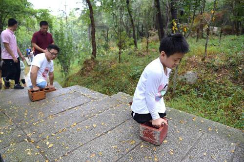 Cậu bé 11 tuổi không chân cùng thầy leo núi cao 1132m truyền cảm hứng dân mạng-2