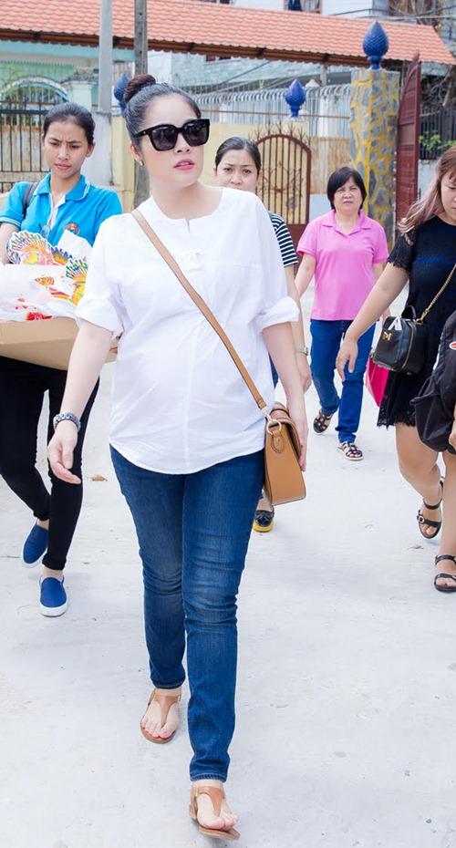 Dương Cẩm Lynh che khéo bụng bầu 8 tháng với áo rộng-1