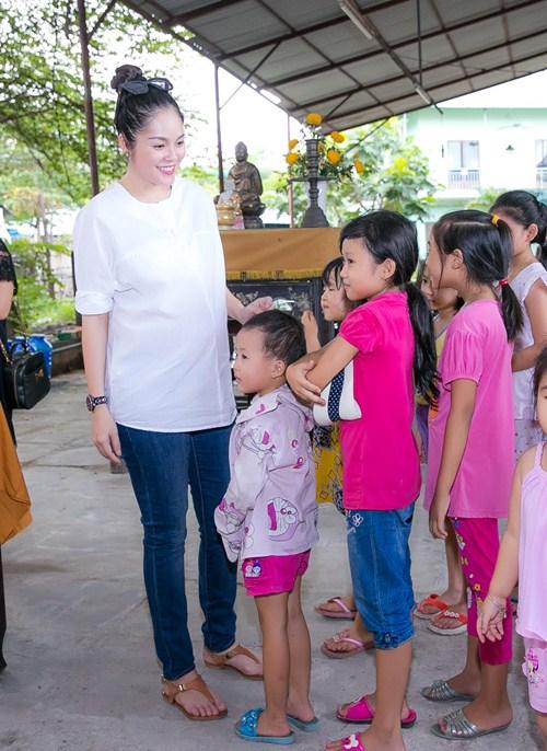 Dương Cẩm Lynh che khéo bụng bầu 8 tháng với áo rộng-6