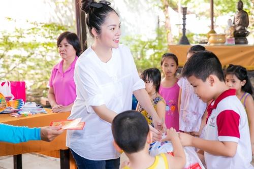 Dương Cẩm Lynh che khéo bụng bầu 8 tháng với áo rộng-7