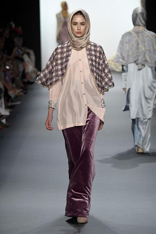 ntk hoi giao dau tien trinh dien trang phuc trum dau tai new york fashion week - 3