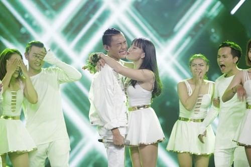 """vietnam idol: thu minh hon nam thi sinh vi ban """"quoc ca danh cho ca si"""" - 8"""